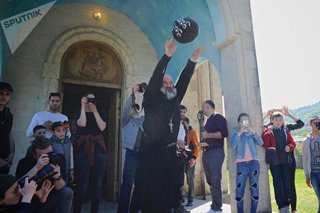 Священник вбрасывает в игру 16-килограммовый мяч - так начинается Лело